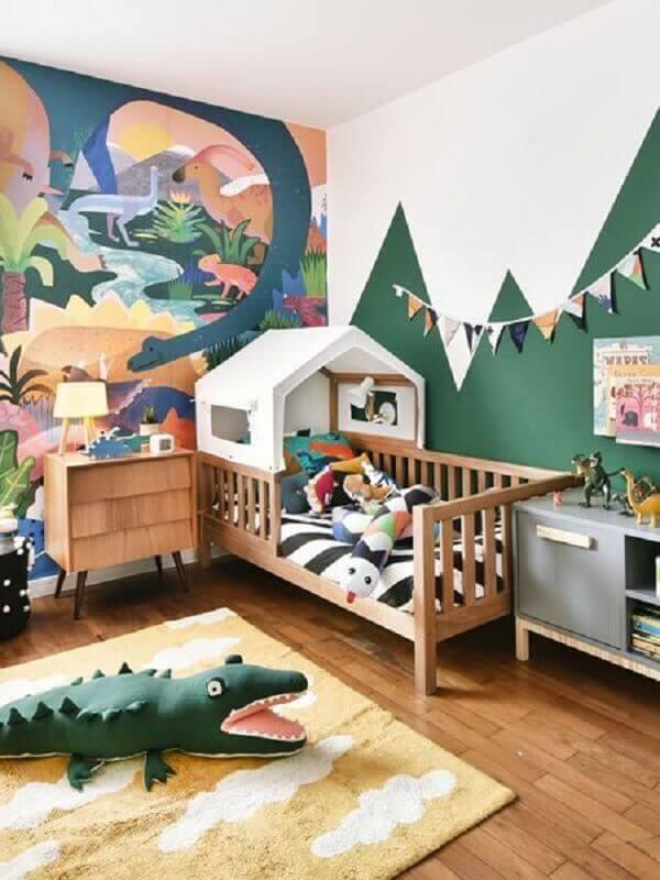 decoração de quarto para criança com papel de parede colorido e cama de madeira em formato de casinha Foto Pinterest