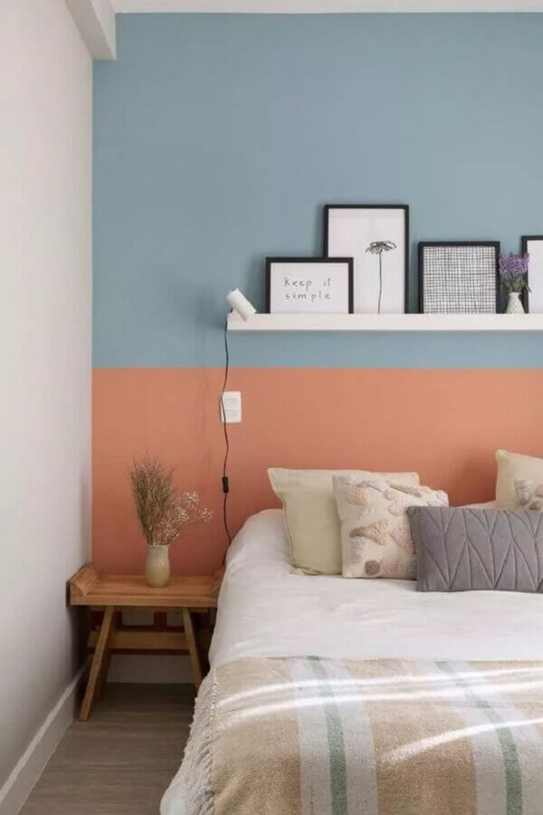decoração de quarto simples com parede na cor azul pastel e rosa  Foto Pinterest