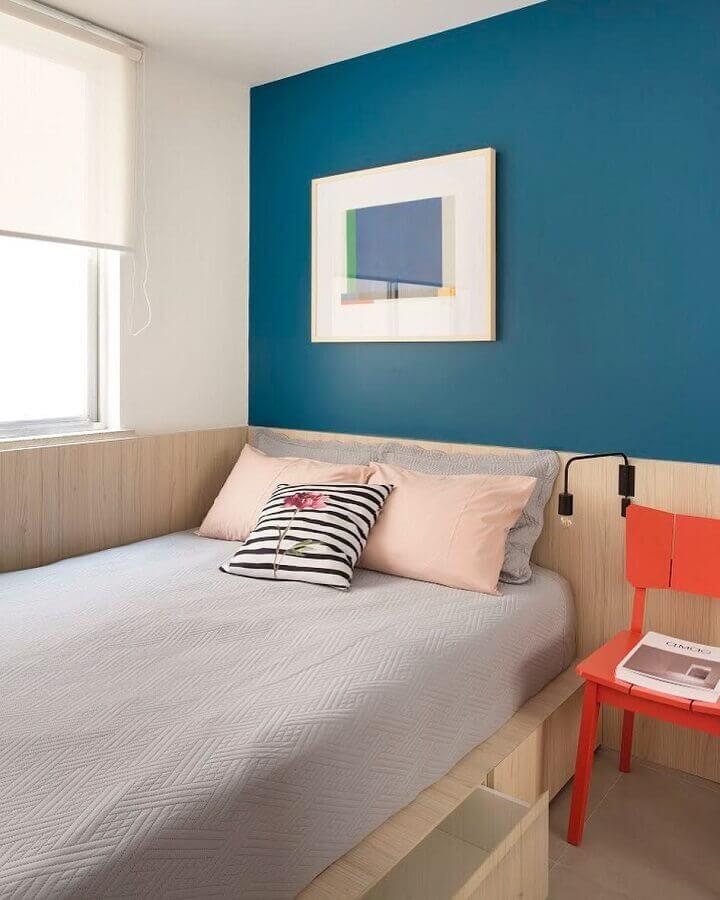 decoração de quarto simples com parede na cor azul petróleo  Foto Tripper Arquitetura