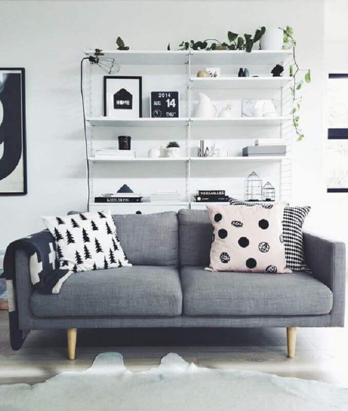 Sofá simples cinza escuro com almofadas preto e branco