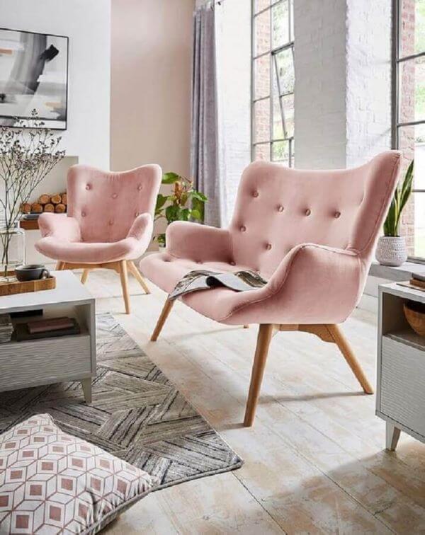 Decoraçaõ de sala de estar com poltrona capitonê rosa