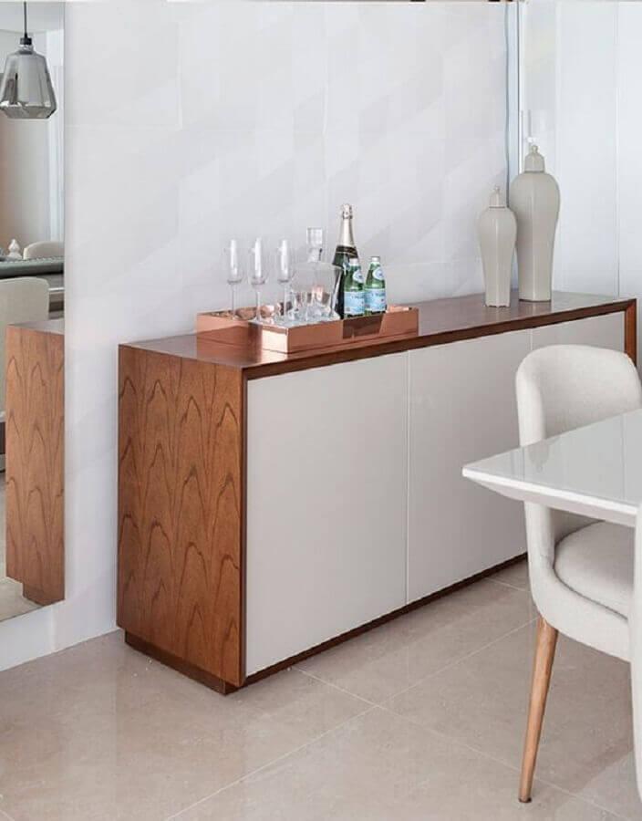 decoração de sala de jantar com aparador buffet pequeno de madeira com portas brancas  Foto Barbara Dundes