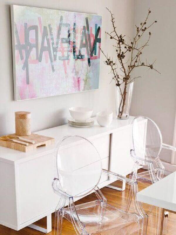 decoração de sala de jantar com buffet pequeno branco e cadeiras de acrílico transparente  Foto Micasa Revista