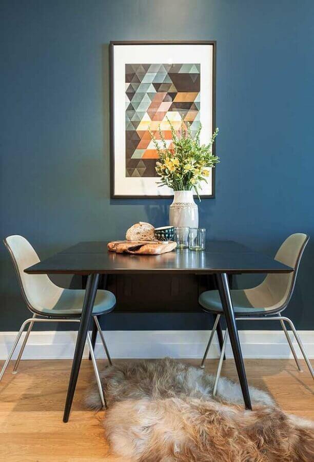 decoração de sala de jantar com parede na cor azul marinho Foto Archilovers