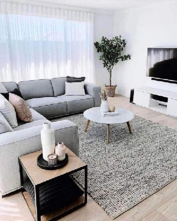 decoração de sala minimalista com sofá de canto e tapete cinza Foto Apartment Therapy