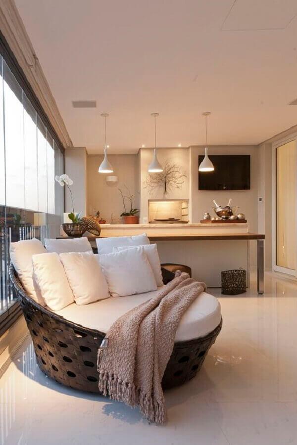 decoração de varanda de apartamento aconchegante com sofá redondo grande Foto Decora Dorabile