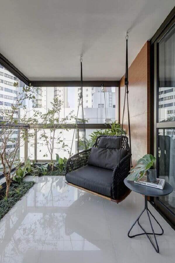 decoração de varanda de apartamento com balanço suspenso  Foto GAM arquitetos