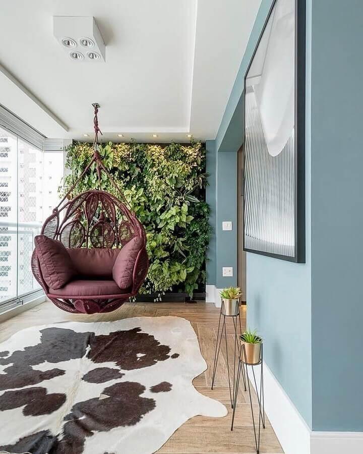 decoração de varanda de apartamento com balanço suspenso e jardim vertical Foto Pinterest