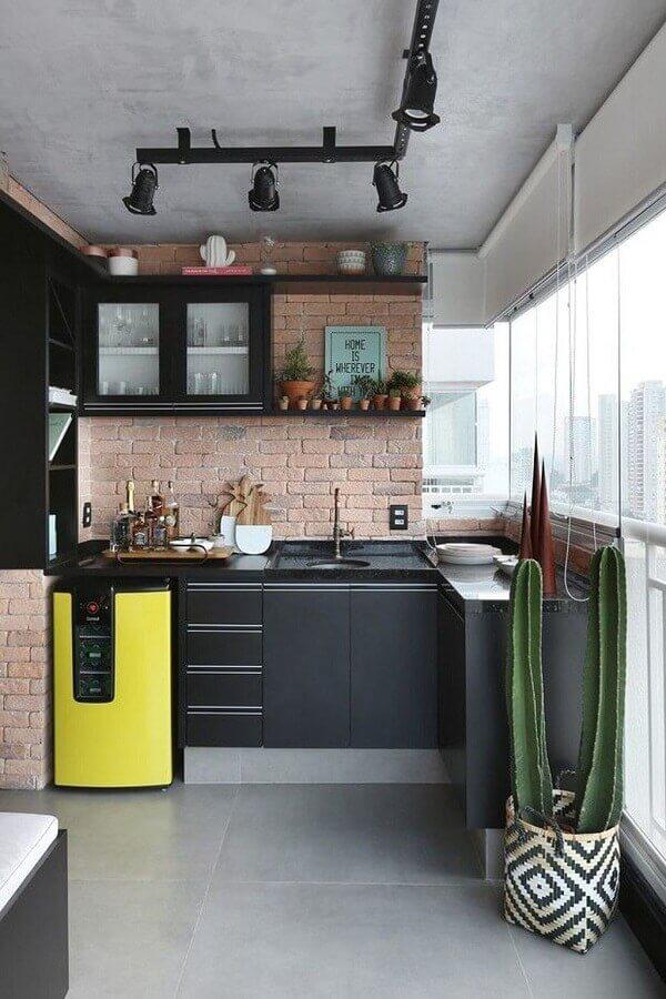 decoração de varanda de apartamento com cozinha planejada preta Foto Casa de Valentina