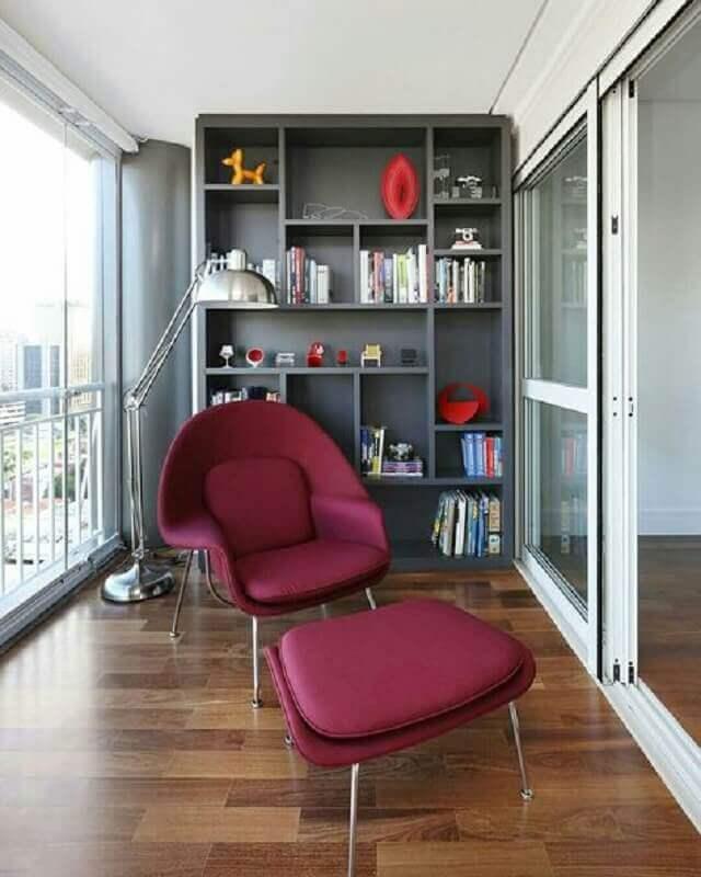 decoração de varanda de apartamento com estante de nichos cinza e poltrona confortável Foto Home Fashion Trend