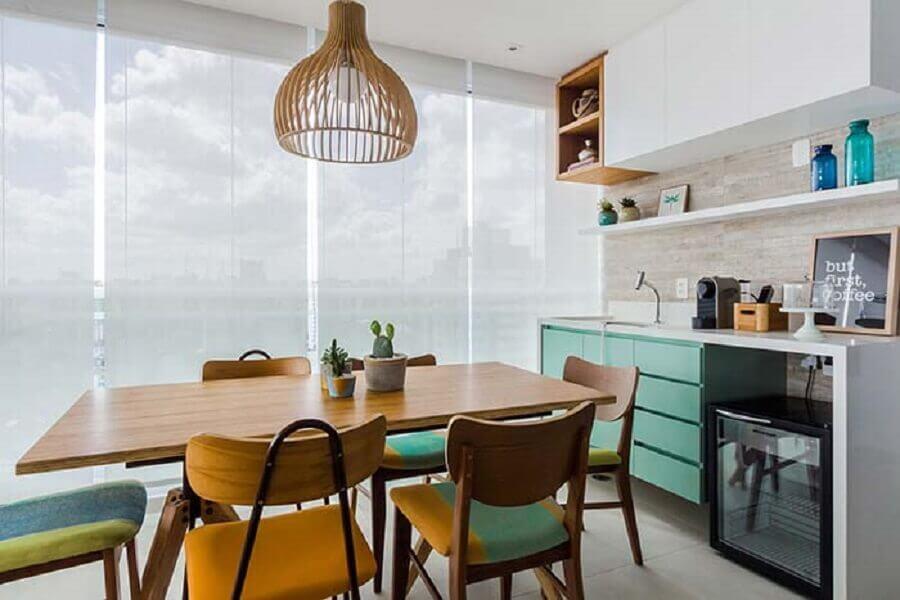 decoração de varanda de apartamento com móveis planejados e cadeiras coloridas Foto Duda Senna