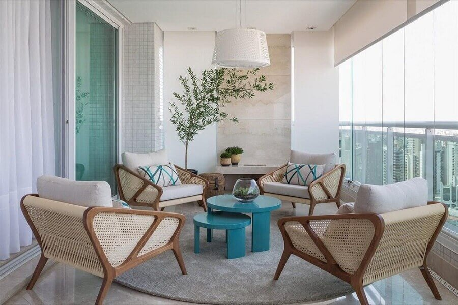 decoração de varanda de apartamento com poltronas de madeira e mesa de centro azul Foto Érica Salgueiro - Arquitetura e Decoração