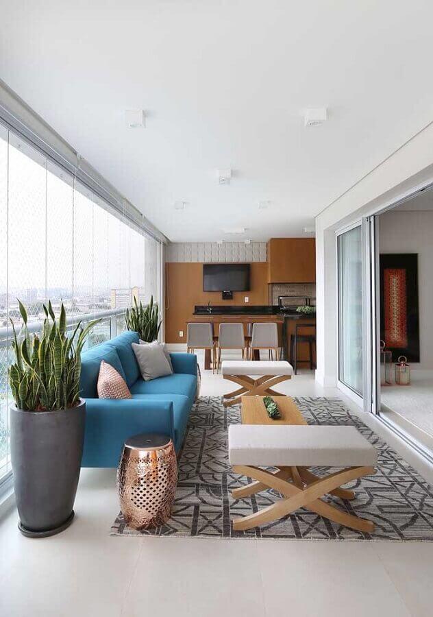 decoração de varanda de apartamento com sofá azul e tapete cinza  Foto Pinterest