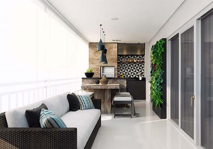 decoração de varanda de apartamento com sofá de vime e mesa de madeira rústica Foto Jeito de Casa