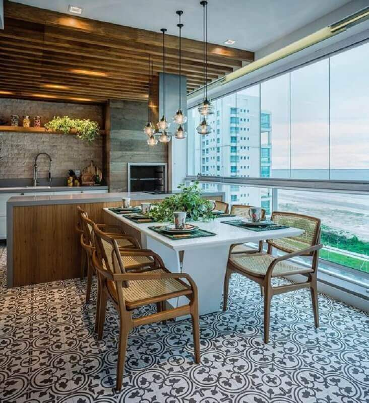 decoração de varanda de apartamento gourmet com churrasqueira e mesa integrada à bancada Foto Pinterest