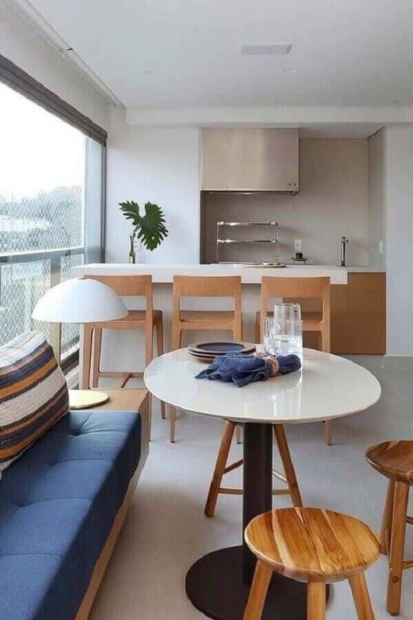 decoração de varanda de apartamento gourmet com churrasqueira e sofá de madeira  Foto Dicas de Mulher