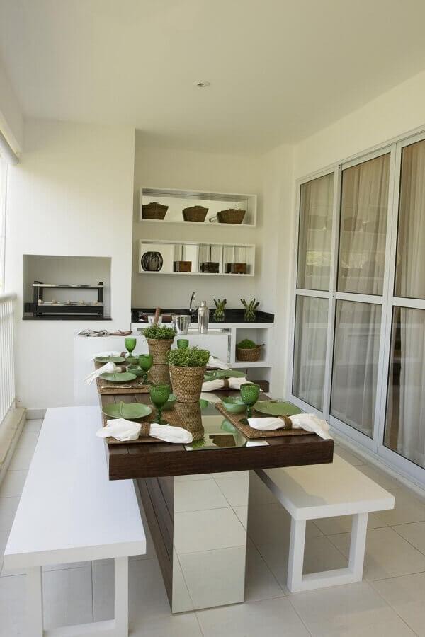 decoração de varanda de apartamento simples toda branca com churrasqueira Foto Pinterest