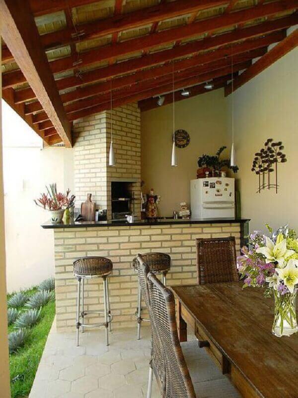 decoração de varanda externa simples com churrasqueira e jardim Foto Homify