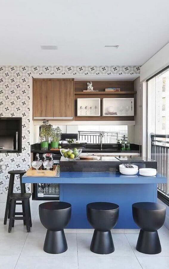 decoração de varanda gourmet com banquetas pretas para bancada azul planejada Foto Histórias de Casa