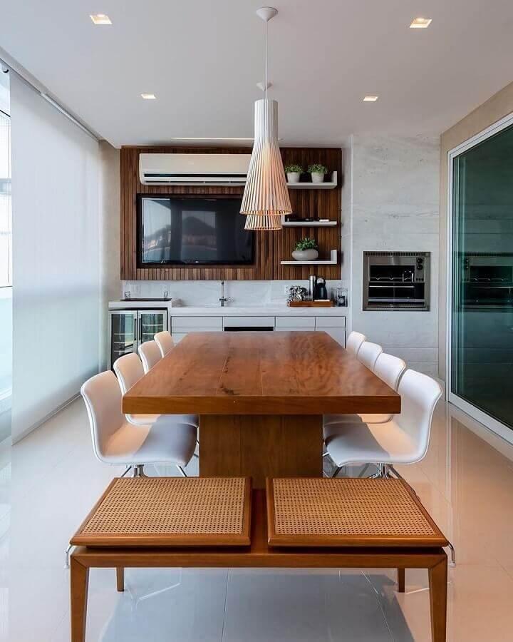 decoração de varanda gourmet com cadeiras brancas para mesa de madeira Foto Dicas de Mulher