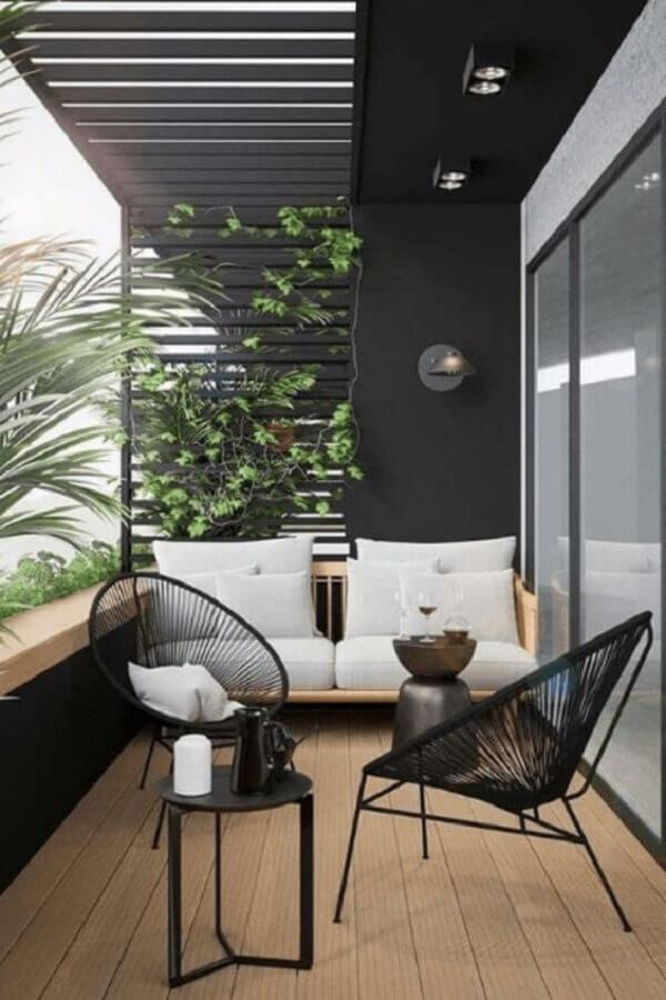 decoração de varanda moderna preta com madeira Foto Simply Design Life