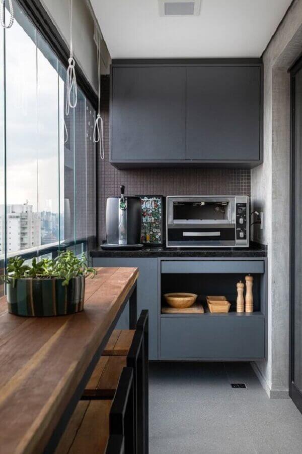 decoração de varanda pequena moderna com bancada de madeira e armário cinza Foto Histórias de Casa