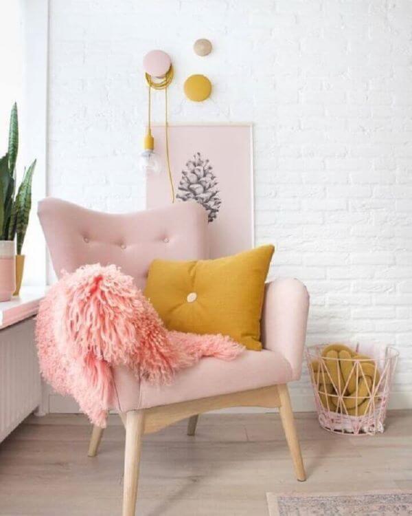 Decoração com poltrona capitonê rosa bebê e almofada amarela