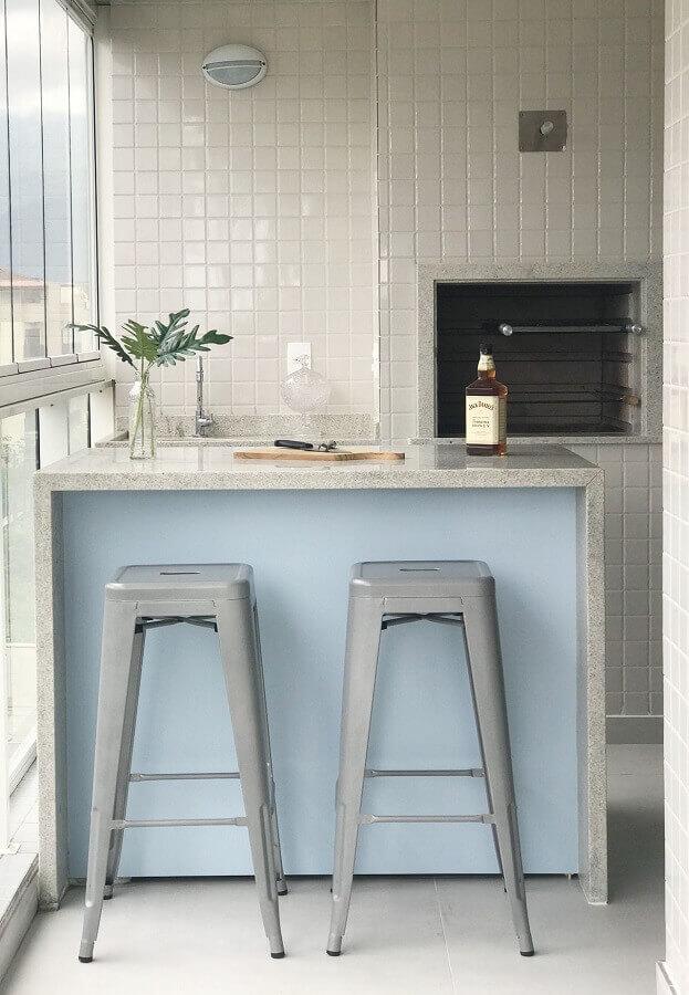 decoração em cores claras com banqueta para área gourmet pequena Foto Laura Dallanese