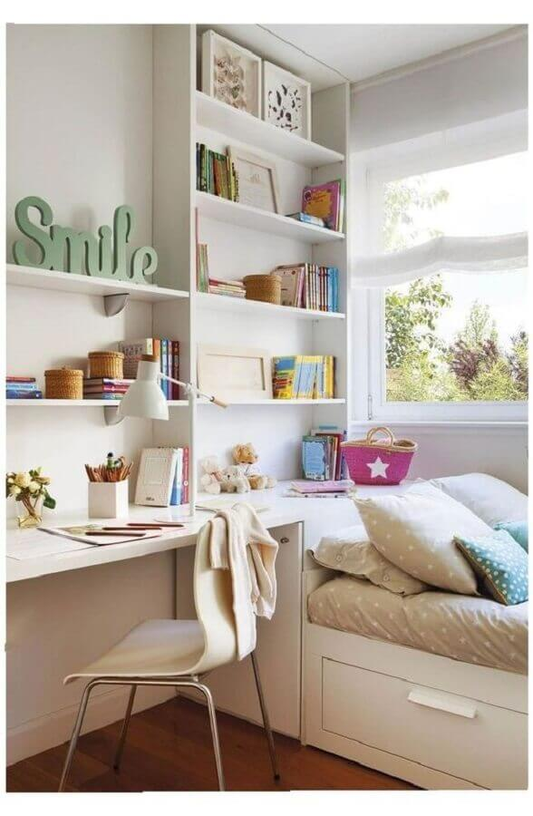 decoração em cores claras para quarto de adolescente feminino com prateleiras planejadas  Foto Pinterest