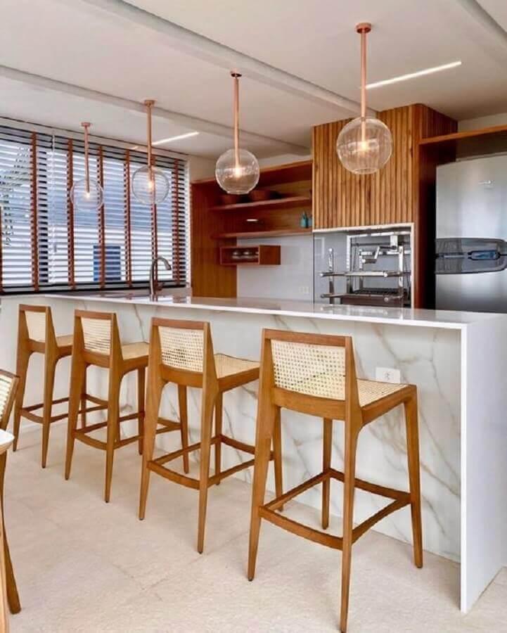 decoração em cores neutras com banquetas de madeira para área gourmet Foto Jeito de Casa