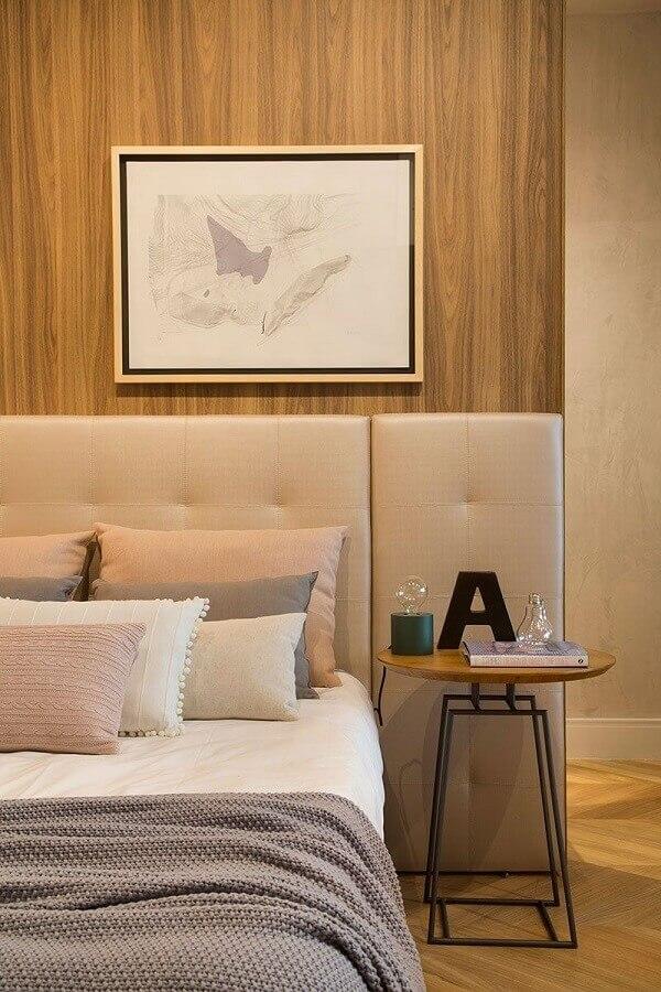 decoração em cores neutras com mesa de canto redonda para quarto de casal planejado com cabeceira estofada  Foto Casa de Valentina