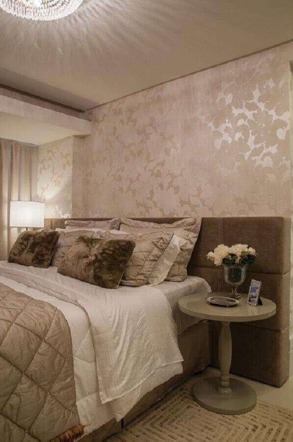decoração em cores neutras com mesa de canto redonda para quarto de casal sofisticado Foto Houzz