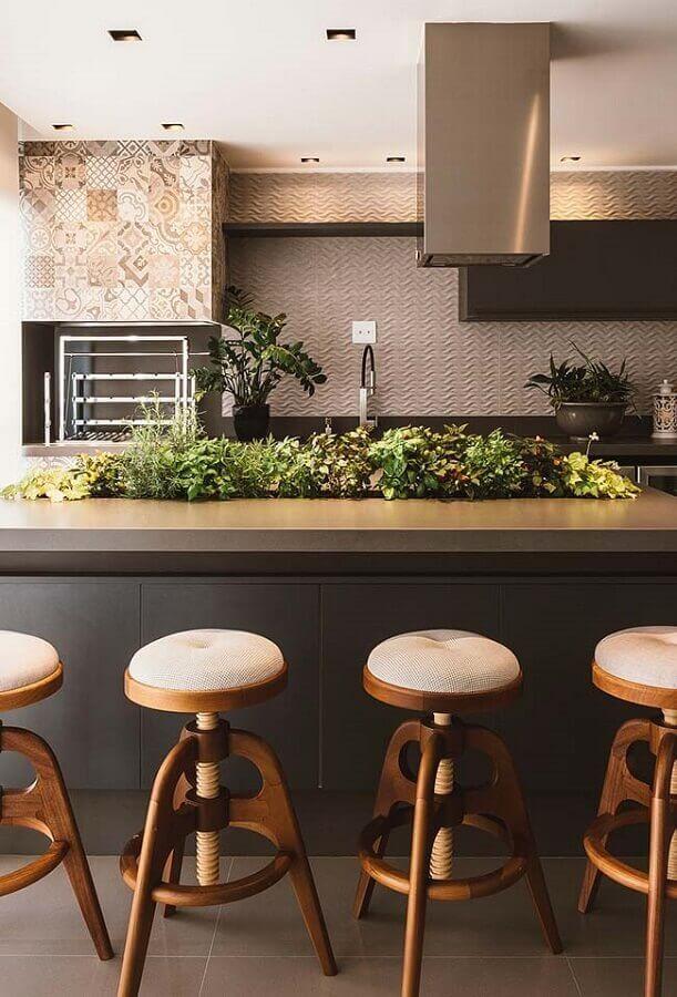 decoração em tons de cinza com banquetas modernas para área gourmet planejada com churrasqueira Foto Pinterest