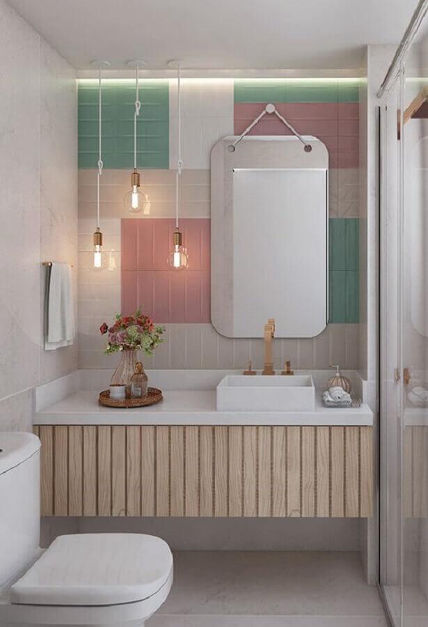 decoração em tons pastéis com pendente para banheiro pequeno Foto Pinterest