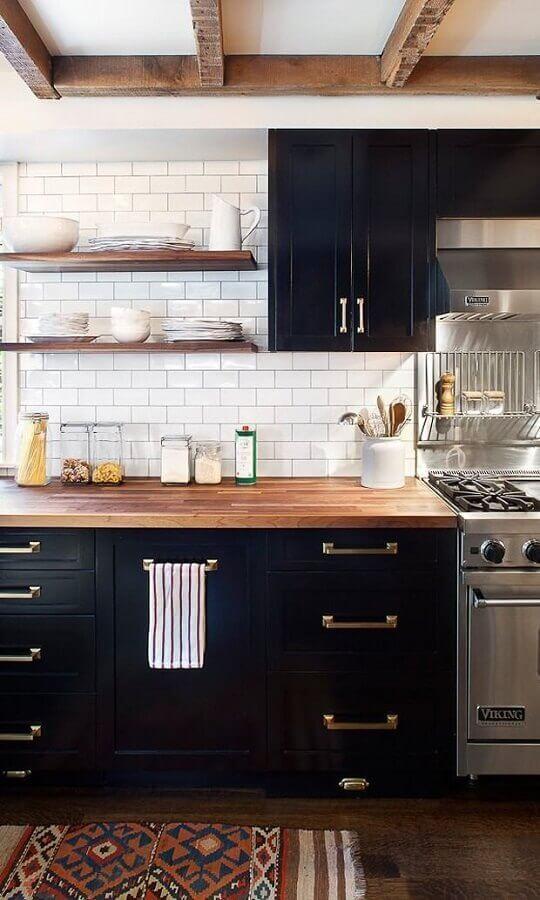 decoração estilo industrial para cozinha com metro white e armários pretos Foto Apartment Therapy