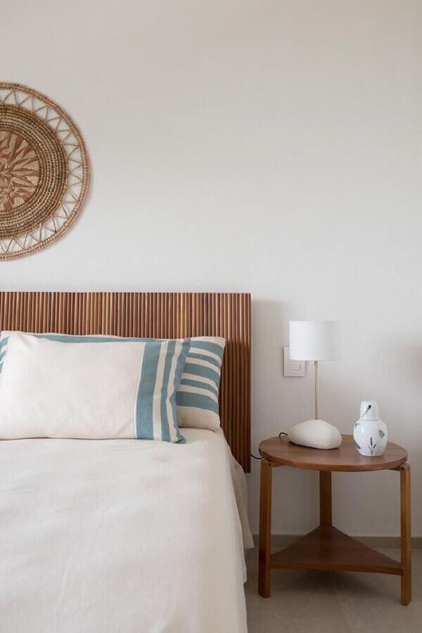 decoração minimalista com mesa de canto de madeira para quarto branco Foto Casa de Valentina