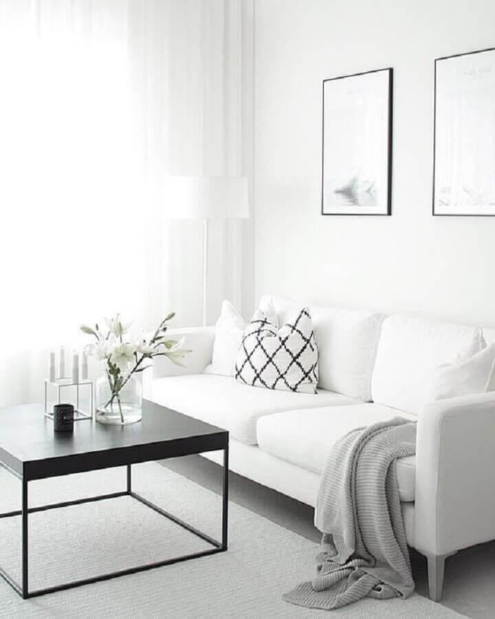 decoração minimalista para sala branca com mesa de centro preta Foto ELLE Belgique