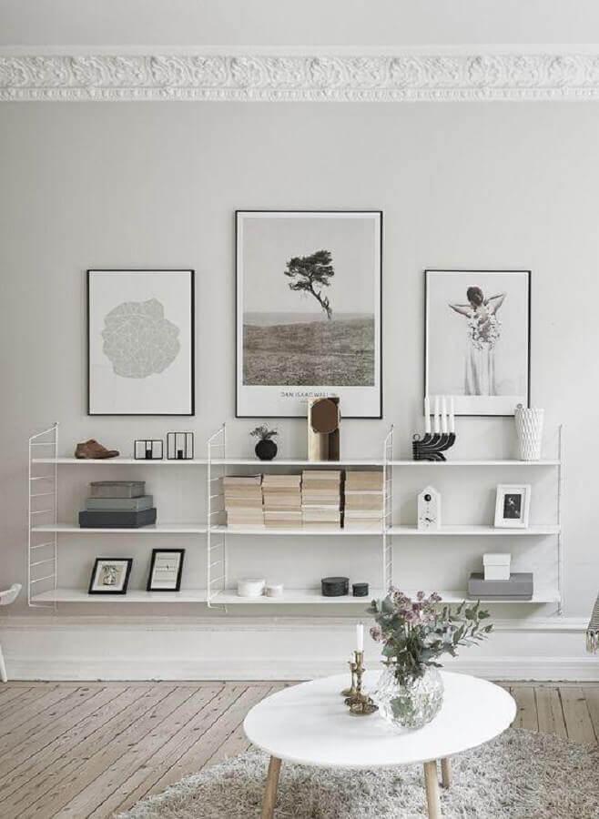 decoração minimalista para sala com estante de parede Foto Apartment Therapy