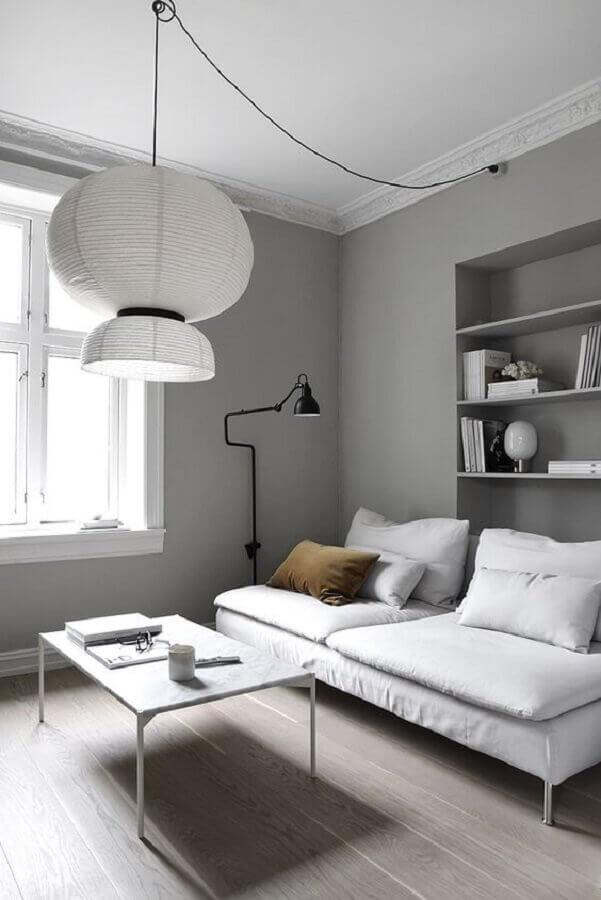 decoração minimalista para sala com móveis brancos e parede cinza claro Foto Only Deco Love