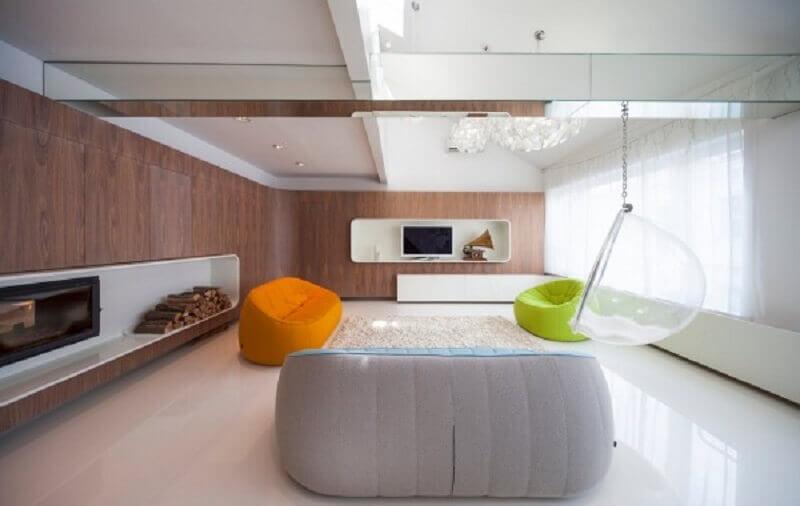 decoração minimalista para sala com puffs grandes coloridos Foto Pinterest