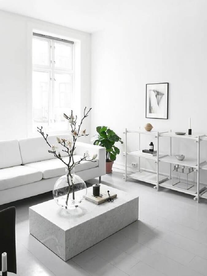 decoração minimalista para sala de estar branca com estante baixa Foto MyDomaine