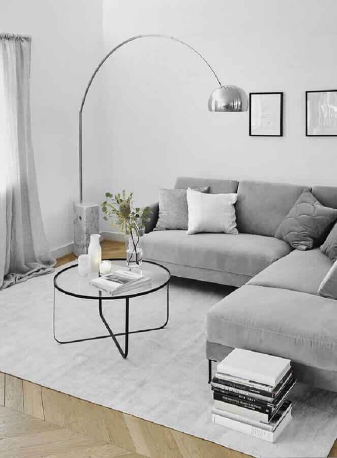 decoração minimalista para sala de estar com sofá de canto cinza e luminária de chão Foto Westwing