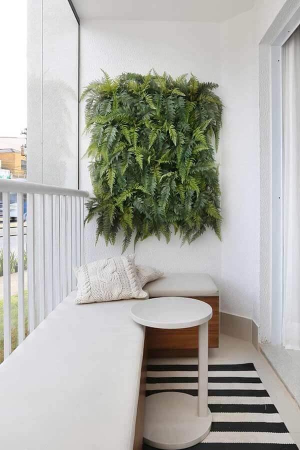 decoração minimalista para varanda pequena com sofá de canto e jardim vertical  Foto Pinterest