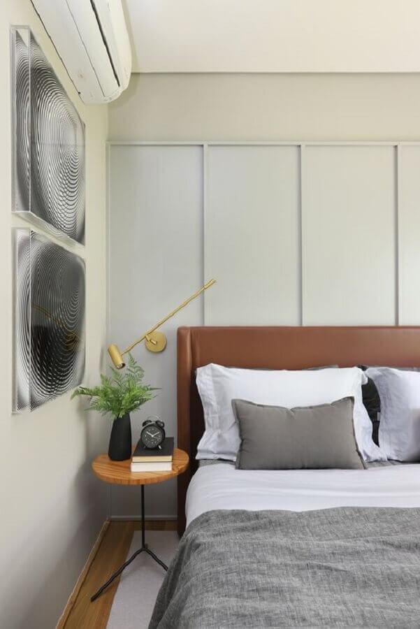 decoração moderna com mesa de canto para quarto pequeno Foto Consuelo Jorge Arquitetos