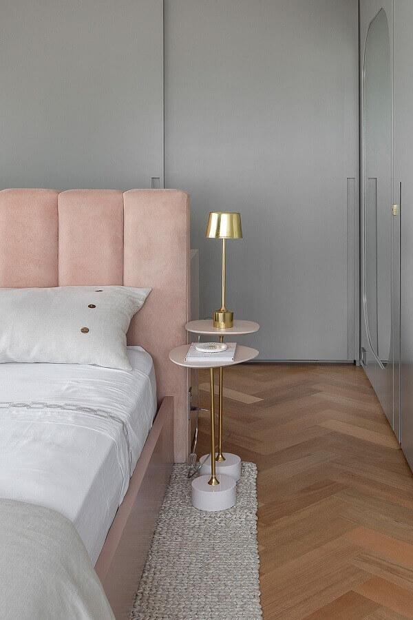 decoração moderna com mesa de canto pequena para quarto cinza e rosa  Foto Lulu & Georgia