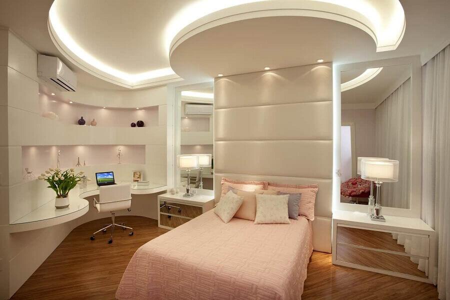 decoração moderna para quarto de adolescente feminino sofisticado rosa e bege  Foto Nícolas Kilaris