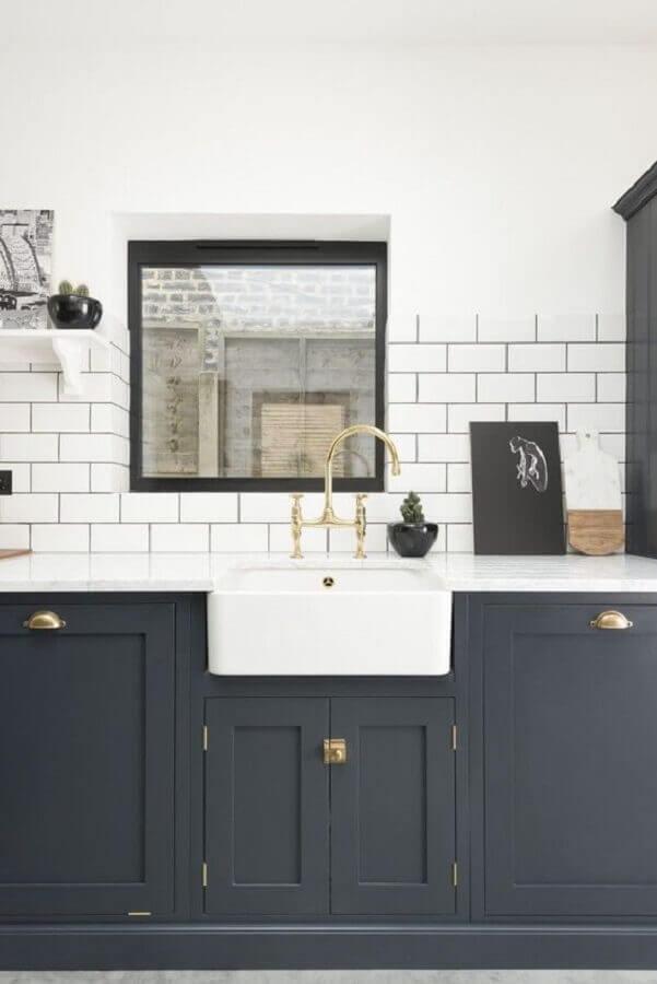 decoração para cozinha com revestimento branco e armário clássico azul escuro Foto Maison de Pax