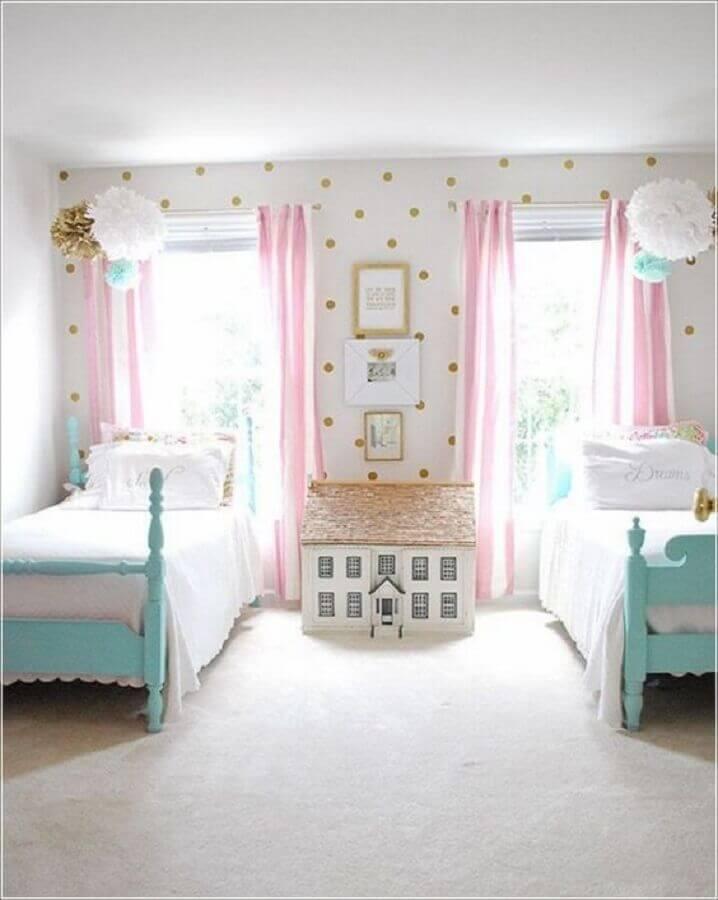 decoração para quarto de criança branco azul e rosa com papel de parede de bolinhas Foto Futurist Architecture
