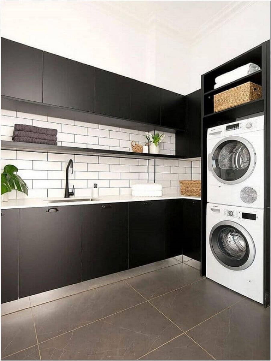 decoração preto e branco com armário grande para lavanderia Foto Archilovers