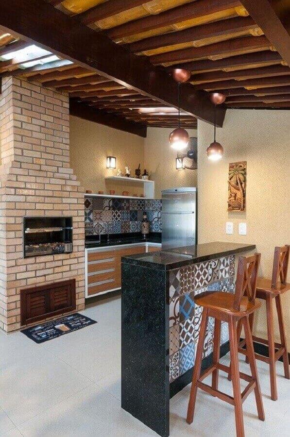 decoração rústica com banqueta para área gourmet  simples com churrasqueira de tijolinho  Foto Jeito de Casa